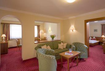 aktiv-sporthotel-brixen-suite-504-505-wohnzimmer